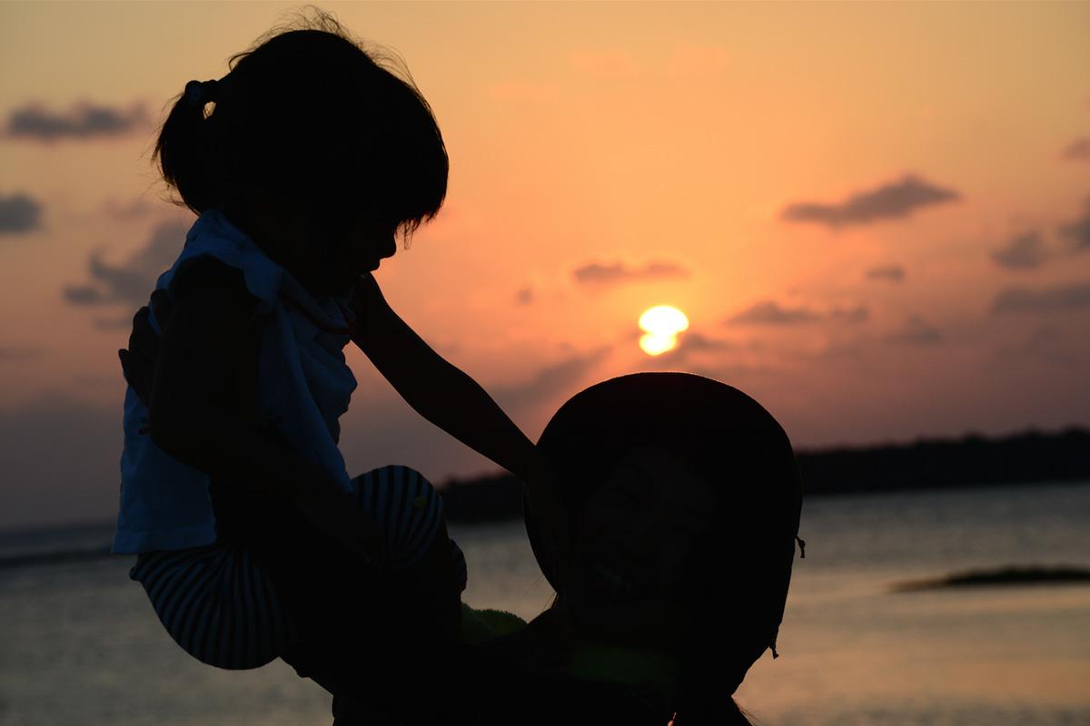 プログラムでも訪れる久米島のシンリ浜は美しい夕焼けで有名です。
