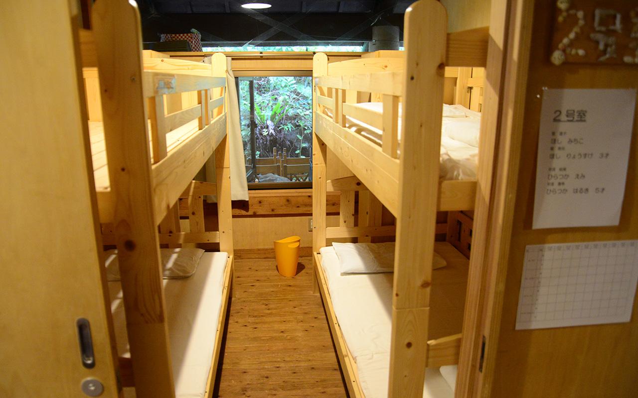 【おやすみ館】本館の部屋は子どもたちに人気の二段ベッド。