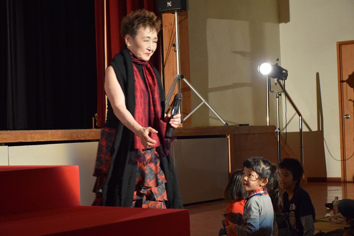 気さくな語りを入れながら歌う加藤登紀子さん